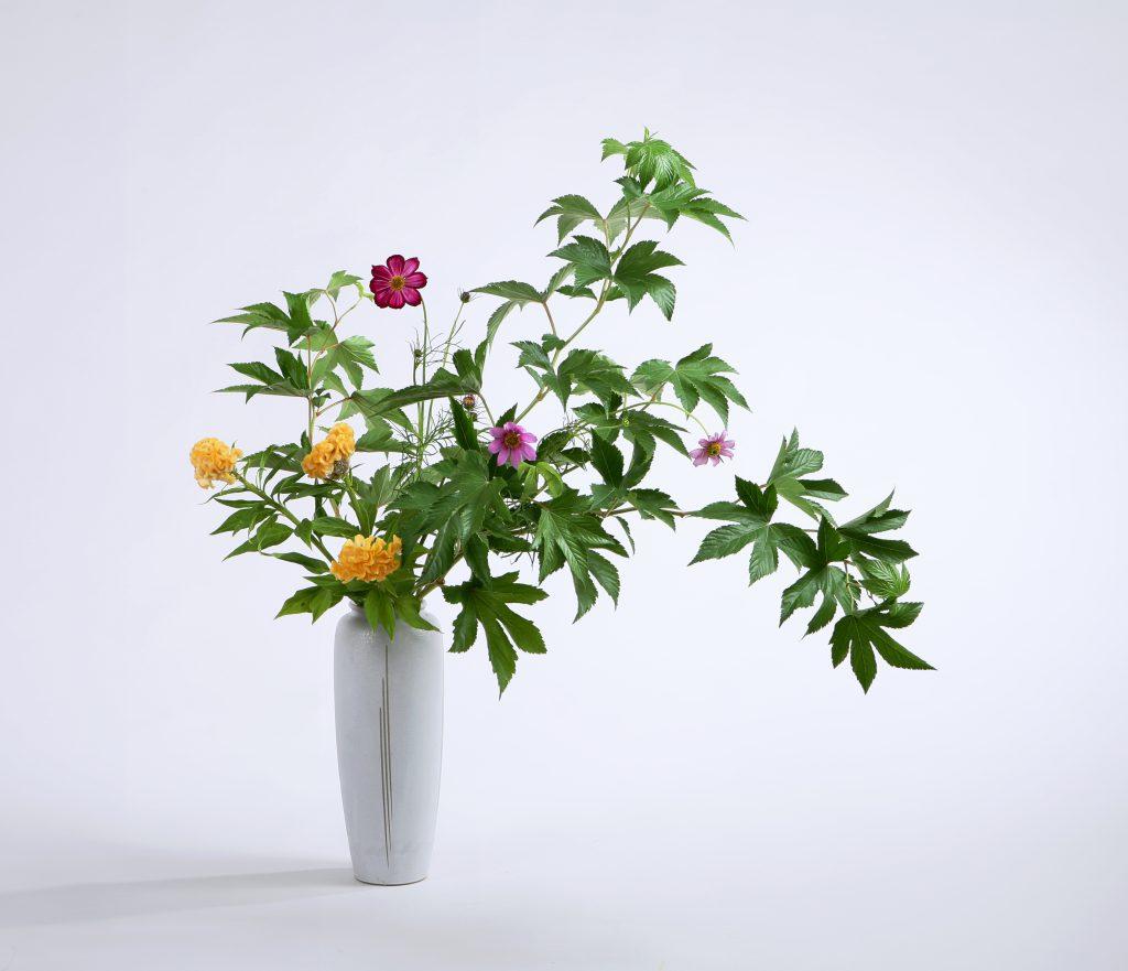瓶花は枝もの、草花を背の高い花器、ツボにいける形式です。