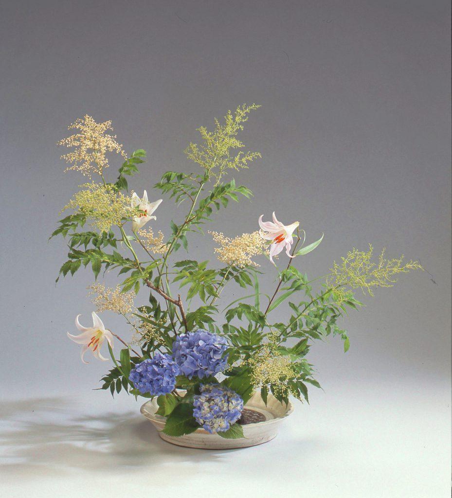 《個性盛花》木、枝ものを主材にして、木や枝の特徴をとらえていける盛花